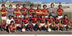 C.R. FLAMENGO (1979) - CAMPEÃO CARIOCA (INVICTO), TAÇA GUANABARA, TROFÉU RAMON DE CARRANZA (ESPANHA). Em pé (da esq. p/ dir.): Nélson, Cantarelli, Rondinelli, Manguito, Toninho, Carpegiani, Júnior, Raul e Andrade. Agachados: um massagista, Reinaldo, Adílio, Cláudio Adão, Zico, Tita, Luizinho e Júlio César.