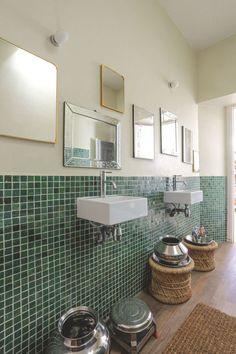 Deux lavabos dissociés, deux petits éviers s'appuient sur un mur en zelliges de Fès dans une salle de bains d'enfants