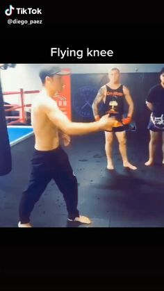Martial Art Muay Thai-Flying Knee Strike Tutorial Mma Workout, Gym Workout Videos, Kickboxing Workout, Muay Thai Techniques, Martial Arts Techniques, Self Defense Moves, Self Defense Martial Arts, Martial Arts Workout, Martial Arts Training