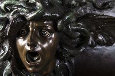 Le Bouclier d'Athéna (Lo Scudo di Atena) de Giorgio Ceragioli, 1922, bronze à trois patines, cabochons de lapis-lazuli sur le bouclier, pierre dure et or pour les yeux de Méduse, 68 cm.
