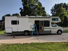 How to Paint the Exterior of a Camping Trailer or RV Trailers Camping, Camping Car, Camper Trailers, Travel Trailers, Camping Hacks, Rv Hacks, Camping Stuff, Cargo Trailers, Camping Outdoors