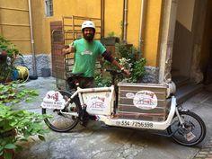 """A Parma """"Bagaj"""" si è inventato il ciclofabbro. Nel cassone della sua bici bianca cargo tieni gli attrezzi del mestiere, viene chiamato e via: cambia tapparelle, riparazione porte, serrande, mobili e quello che capita"""