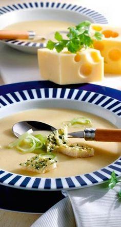 Servieren Sie eine Käsesuppe mit Lauch bzw. Porree, ein Rezept aus feinem Emmentaler, angerichtet mit Croutons, verfeinert mit Kümmel und Kräutern ...