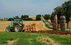 """Nach der Ernte ist vor der nächsten Ernte. ... Und da muss der Boden erst mal umgepflügt, geeggt und wieder neu eingesät werden. Nicht nur am Skulpturenweg """"Steine an der Grenze"""" zwischen dem Saarland und Lothringen."""