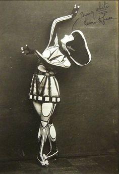 Dancer Nina Payne in Cubist costume, 1916 Bauhaus, Mondrian, Vintage Photography, White Photography, Old Photos, Vintage Photos, Ballet Russe, Walter Gropius, Costume Design
