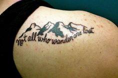 ein Tattoo Spruch über diese, die gern wandern und ein realistisches Bild von Gebirge