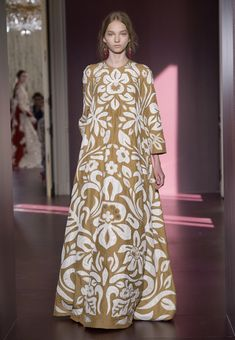 Fashion Week Paris Fall/Winter 2017 look 38 from the Valentino collection couture Couture Fashion, Runway Fashion, Fashion Models, Fashion Show, Fashion Designers, Modelos Fashion, Valentino, Indian Designer Wear, Paris