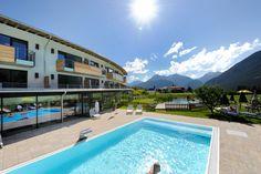 Urlaub am Sonnenplateau in Mieming | blog.innsbruck Neben dem Pool gibt es auch einen #Naturbadesee im #biohotel Holzleiten in #Tirol Innsbruck, Bio Restaurant, Hotels, Sauna, To Go, Places, Outdoor Decor, Home Decor, Blog