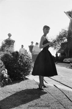 Rare Audrey Hepburn Audrey Hepburn photographed by Mark Shaw on the set of Sabrina, Long Island, New York, Old Hollywood, Viejo Hollywood, Classic Hollywood, Audrey Hepburn Mode, Audrey Hepburn Photos, Audrey Hepburn Black Dress, Sabrina Audrey Hepburn, Audrey Hepburn Clothes, Audrey Hepburn Decor