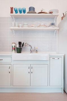 푸른빛이 감도는 아름다운 그린 주방. 컬러를 선택하는데 많은 고민을 했던 주방이다. 결과는 대만족.