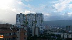 Qué tanto conoces Bucaramanga y su área metropolitana ? Dinos como se llaman estos 3 edificios que se imponen en nuestra ciudad. Gracias @victorj0714 por la foto #conoceBucaramanga