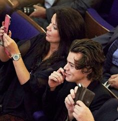 Anne and Harry at Gemma's graduation- HIS HAIR OMFG IT LOOKS SO GOOD AND WAVY AND CURLY AND OMFG