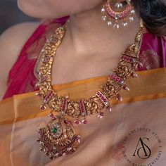 10 Classic Coin Necklace Designs That Are in Trend Now! Pearl Necklace Designs, Antique Necklace, Antique Jewellery Designs, Indian Jewelry Sets, Indian Wedding Jewelry, Gold Jewelry, South India, Gold Haram Designs, Celebrity Jewelry