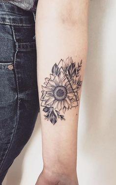 Celebrate the Beauty of Nature with these Inspirational Sunflower Tattoos tatouage de tournesol géométrique © tatoueur Samantha Herrera Star Tattoos, Finger Tattoos, Body Art Tattoos, New Tattoos, Sleeve Tattoos, Tatoos, Girl Tattoos, Sunflower Tattoo Meaning, Sunflower Tattoos