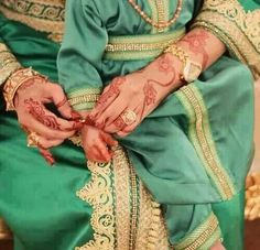 You can find here a collection of henna designs from various artists. Arabic Jewelry, Arab Swag, Moroccan Caftan, Henna Mehndi, Mehndi Designs, Traditional Dresses, Indian, My Style, Kaftans