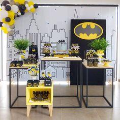 Festa do Batman: 70 ideias que vão animar até os morcegos Disney Cars Birthday, Batman Birthday, Superhero Birthday Party, Boy Birthday Parties, Batman Party Decorations, Batman Party Supplies, Birthday Table, Character Education, Physical Education