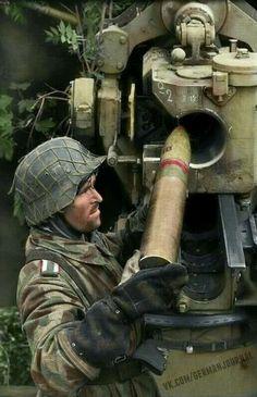 Militar Alemão municia o poderoso canhão Flak de 88mm, durante os confrontos na Normandia em 1944.#Klaus
