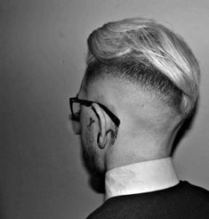 Slicked back undercut is an amazing 2019 haircut that combines short tapered or faded sides with some brushed back strands on the crown. Cool Hairstyles For Men, Top Hairstyles, Undercut Hairstyles, Easy Hair Cuts, Short Hair Cuts, Short Hair Styles, Modern Mens Haircuts, Haircuts For Men, Slick Back Undercut