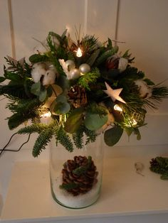 kerststukken 2015 - Google zoeken Christmas Flower Arrangements, Christmas Greenery, Christmas Flowers, Outdoor Christmas Decorations, Christmas Centerpieces, Flower Centerpieces, Flower Decorations, Christmas Wreaths, Holiday Decor