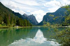 Toblachersee mit Blick auf die Dolomiten Richtung Höhlensteintal