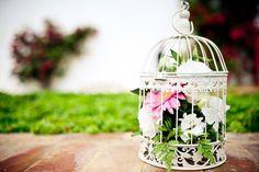 Jaulas vintage con flores para decoración de una boda. Fotografía de bodas.