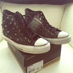 Shop Women's Converse Gray Black size Sneakers at a discounted price at Poshmark. So cute! Awesome studs and distressing. Converse Wedges, Studded Converse, Converse Shoes, Shoes Sneakers, Studs, Heels, Awesome, Cute, Black