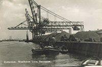 Kolenoverslag bij de firma Cornelis Swarttouw in de Waalhaven. (datering: 1935, pbk 7048)