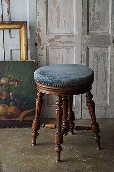 四つ脚のピアノスツール-antique round stool フルーテッドと呼ばれる縦溝が控えめに、直線の挽きもの加工を施した各脚のシルエットが美しい一脚。そもそものウォールナットの素材の良さプラス、座られてきた故の艶を尊重して座面のオリジナル生地を残しました。それでも側面に残る鋲跡を見つめると張り替え張り替え、を幾度か繰り返し、世代を越えて家具を大事に使う文化の片鱗が見て感じられます。 Antique Bench, Antique Chairs, Piano Stool, French Collection, Interior Exterior, 17th Century, Stools, Armchair, Art Deco