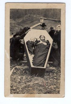 Life on: [ The Seventh Cloud ] : Children and Post-mortem photography Pt. Victorian Photos, Victorian Era, Memento Mori, Fotografia Post Mortem, Post Mortem Pictures, Post Mortem Photography, Photo Vintage, Danse Macabre, Vintage Photography