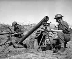 British armourers repairing a mortar and Vickers machine gun at 3 Infantry Brigade's workshop. Ww2 Weapons, Ww2 History, Workshop, Guns, British, Italy, Atelier, Weapons, Italia