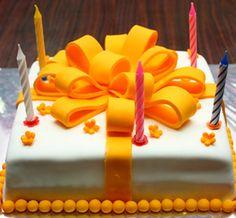Verjaardagstaart met gele strik