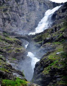 Cascade de Trollstigen (l'Echelle des Trolls), en Norvège