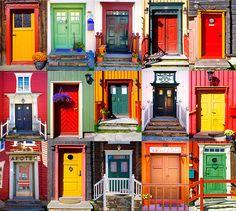 Een collage van vijftien verschillende voordeuren. Gefotografeerd in het plaatsje Røros in Noorwegen.
