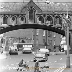Arch over Winetavern St May 1975 (Part of the Independent Ireland Newspapers/NLI Collection) Ireland Pictures, Images Of Ireland, Old Pictures, Old Photos, Grafton Street, Bay City Rollers, Ireland Homes, Dublin City, Cities