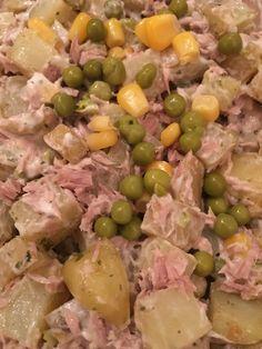 Luxe aardappel salade met groenten - Een simpel recept met in de oven gebakken aardappels, mais, erwtjes en tonijn. Een goedkoop en snel te maken bijgerecht
