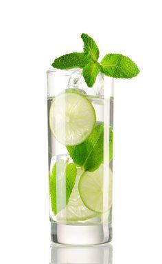 Meduňková šťáva | Pro Ženy CZ Mojito Ingredients, Voss Bottle, Water Bottle, Juice Ad, Aged Rum, Mojito Cocktail, Peppermint Leaves, Ron, Elderflower