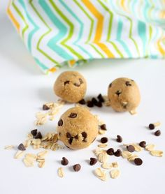 These peanut butter energy bites are vegan and gluten free. They're also no bake and take less than 10 minutes to make! Peanut Butter Energy Bites, Peanut Butter Balls, Protein Bites, Healthy Desserts, Healthy Meals, Healthy Food, Yummy Food, Party Snacks, Food Menu