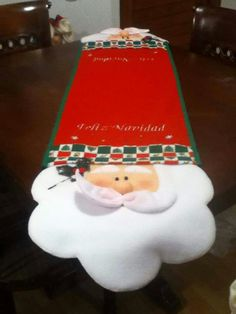 Noel This santa runner is adorable Christmas Mood, Christmas Sewing, Christmas Ornaments, Holiday Crafts, Holiday Decor, Xmas Decorations, Diy And Crafts, Tablerunners, Google