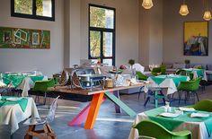 Frühstücken in so einem Hotelrestaurant kann einen Tag eine positive Richtung geben. Es ist die wunderschöne Möbel von Kubikoff, die es demnächst auch bei richhome zu finden sein wird.