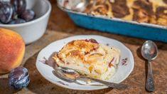 Nejrůznější hrnkové koláče na plech jsou oblíbené pro svoji jednoduchost. Ještě jednodušší je sypaný koláč, na jehož přípravu nemusíte zadělávat těsto. Směs stačí jen nasypat na plech. Poklaďte sezonním ovocem, třeba broskvemi ašvestkami, adejte do trouby. Co budete potřebovat? French Toast, Food And Drink, Treats, Breakfast, Cake, Sweet, Pineapple, Sweet Like Candy, Morning Coffee
