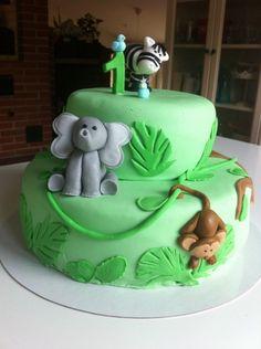 Viidakkokakku synttäreille - Pienen pojan 1-vuotis synttärikakku :) Kuorrutettu sokerimassalla ja koristeet muovailtu sokerimassasta - Kiitos Kiti! #mitätahansaleivotkin #leivojakoristele #droetker #kakku #leivonta #kilpailu #viidakko