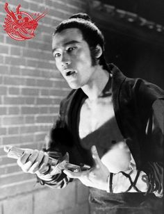 Artiste Martial, Martial Artist, Hong Kong, Bruce Lee Pictures, Bruce Lee Movies, Warrior Costume, Martial Arts Movies, Little Dragon, Jackie Chan