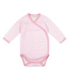 Body incrociato a strisce colore rosa, in morbido cotone organico selezionato per la pelle delicata del neonato.