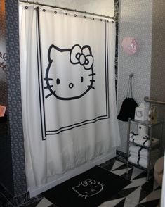Mikey one time told me I could have a HK bathroom when we buy a house. I will hold him to it...I'd love it black&white like this, don't want to get too kitschy ;)