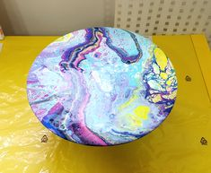 acrylic pouring on a Vinyl Record made by Karina Design. www.karinadesign.se #acrylicpouring #acrylicpainting #fluidart