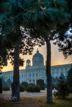 Maria-Theresien-Platz - The sun rises over the art history museum in Vienna, Austria. Fly Around The World, Around The Worlds, History Museum, Art History, Honeymoon Pictures, Vienna Austria, Taj Mahal, Places To Go, Sunrise