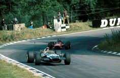 1968 British GP, Brands Hatch : Jo Siffert in Walker's Lotus 49B leading Chris Amon on his way to victory. He would realize the fastest lap with 1:29.7 on lap 42 (lap: 4.265 km), and also be his 1st win in formula one world championship. (ph: planetf1.com)