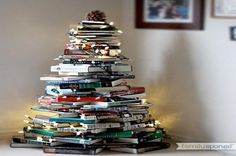 Ogni anno le idee per realizzare degli alberi di Natale innovativi, impiegando gli oggetti più impensabili e disparati che troviamo in giro per casa, si moltiplicano e si arricchiscono sempre di più. Un'idea molto creativa e di semplice realizzazione, che ultimamente ha trovato largo impiego, è quella di realizzare l'albero di Natale coi libri chiusi impilati l'uno sopra l'altro, che rende un gran bell'effetto visivo. Vediamo come e quali sono gli step per costruire, in poco tempo e…