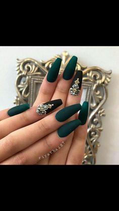 Semi-permanent varnish, false nails, patches: which manicure to choose? - My Nails Diamond Nail Designs, Diamond Nails, Nails With Diamonds, Glam Nails, Bling Nails, Perfect Nails, Gorgeous Nails, Stylish Nails, Trendy Nails