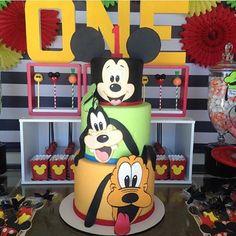 Bolo lindo para o tema Mickey e sua turma by @dressmycake ! #loucaporfesta  #loucaporfestas  #loucasporfestas  #cake #mickey #bolomickey #cakedesigner